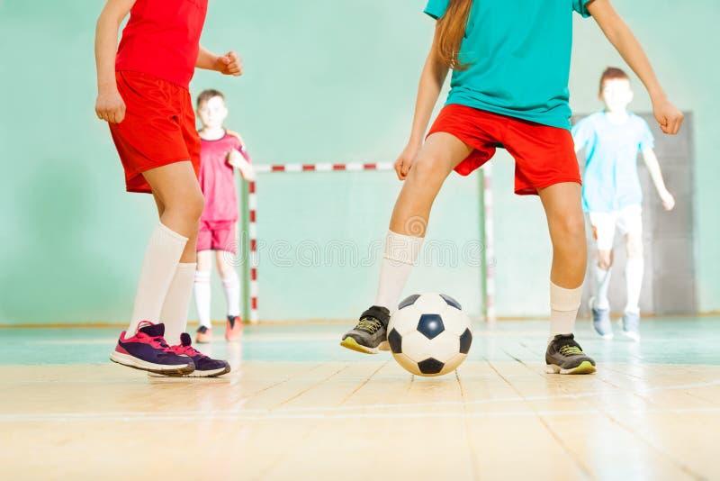 Fotbollsspelare som skjuter ett mål under match royaltyfri bild