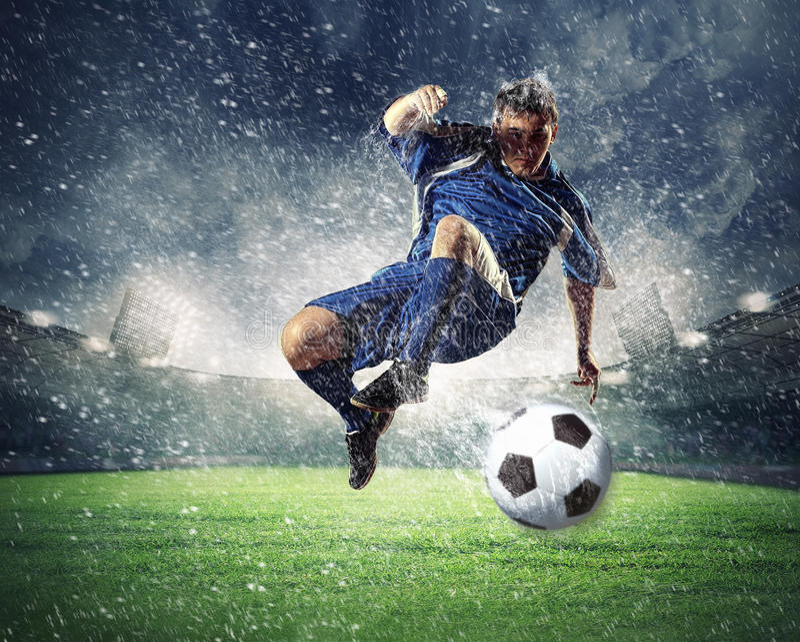 Fotbollsspelareen klockas slag klumpa ihop sig royaltyfri fotografi
