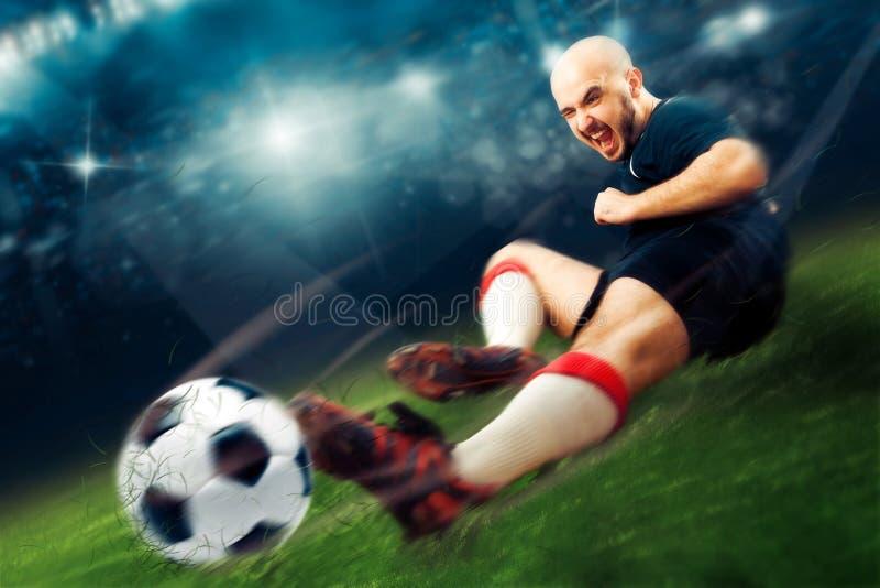 Fotbollsspelaren i handling gör ett redskap i leken royaltyfria bilder