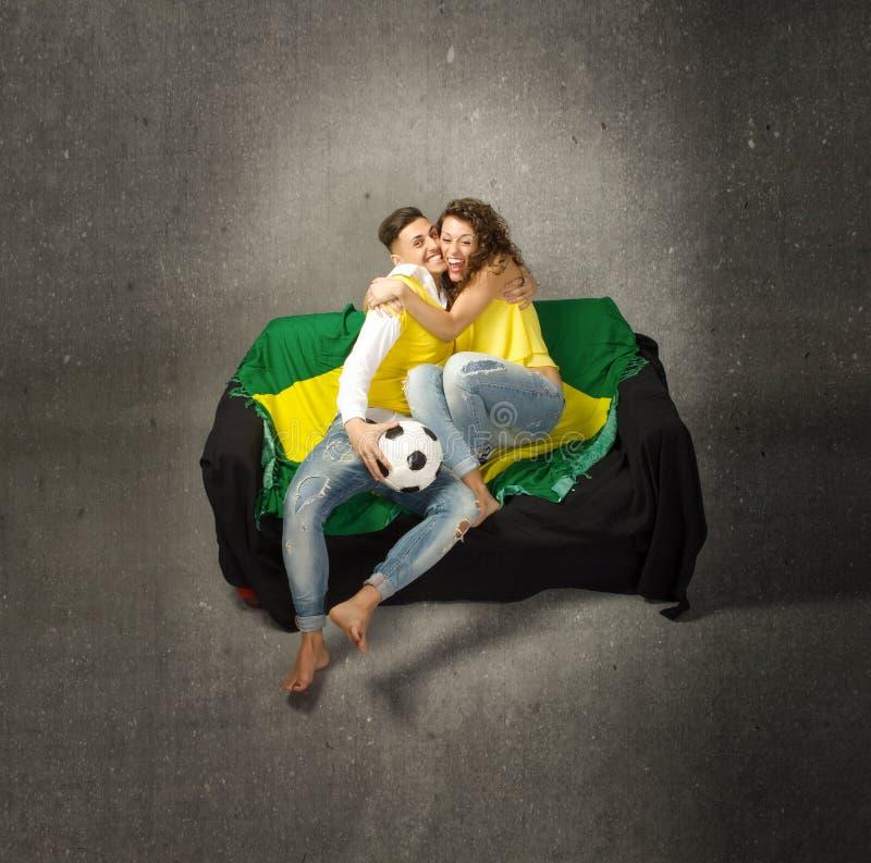 Fotbollsupporter som omfamnar efter mål arkivbilder