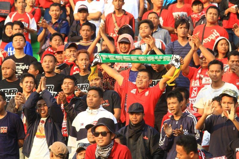 FotbollsupporterPasoepati handling, medan stötta hans favorit- lag Persis Solo royaltyfria bilder
