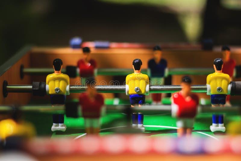 Fotbolltabell sport för fotboll för tecknad filmteckenspelare Selektivt fokusera royaltyfri fotografi