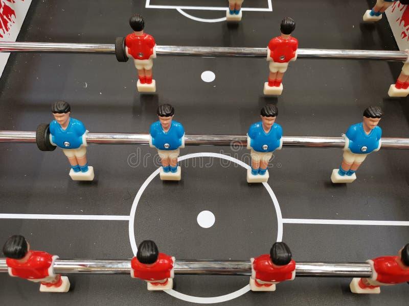Fotbolltabelllek - spelare i rött och blått arkivfoto