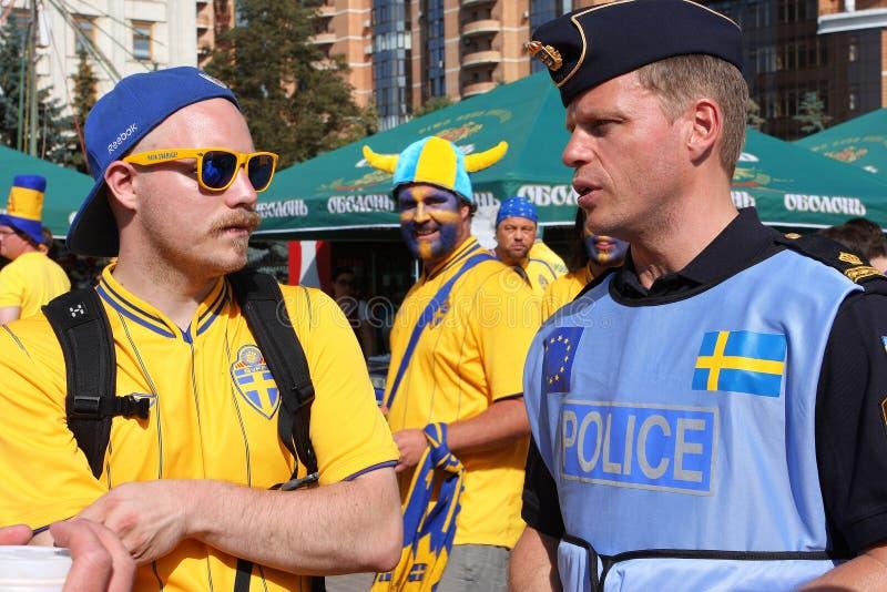 Fotbollventilator Och Svenskpolis På EUROEN 2012 Redaktionell Arkivbild