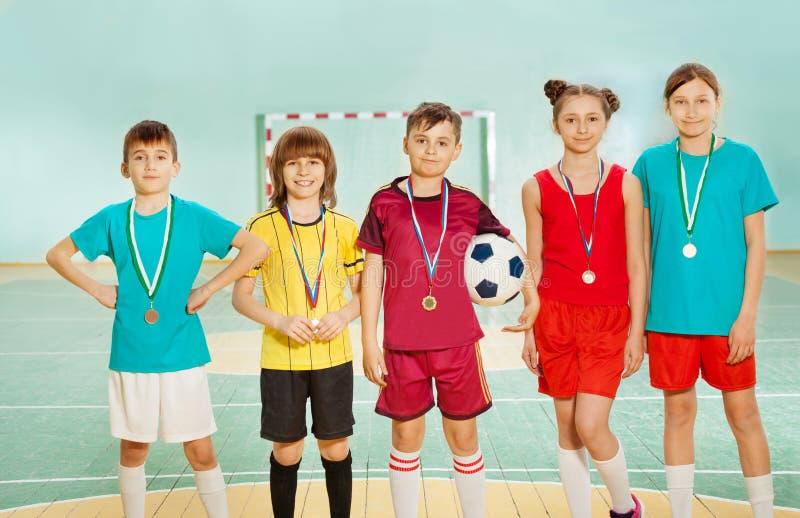 Fotbollvinnare som står i överensstämmelse med medaljer arkivbild