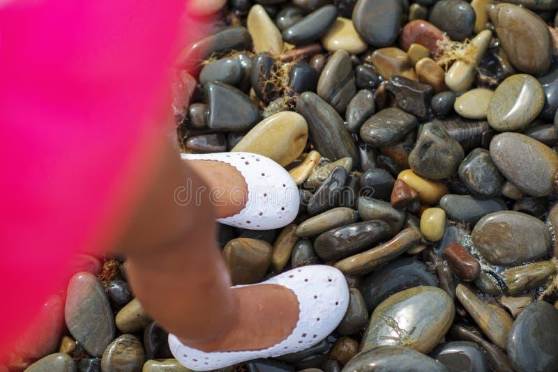 Foten av barnet i havet som rynkas behandla som ett barn fingrar royaltyfri foto