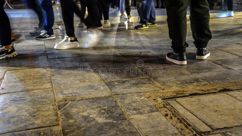 Foten av många gångare i gatan på natten royaltyfri fotografi