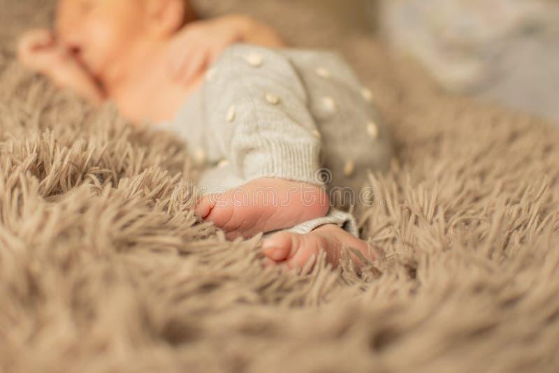Foten av mycket litet nyfött behandla som ett barn tätt upp royaltyfri foto
