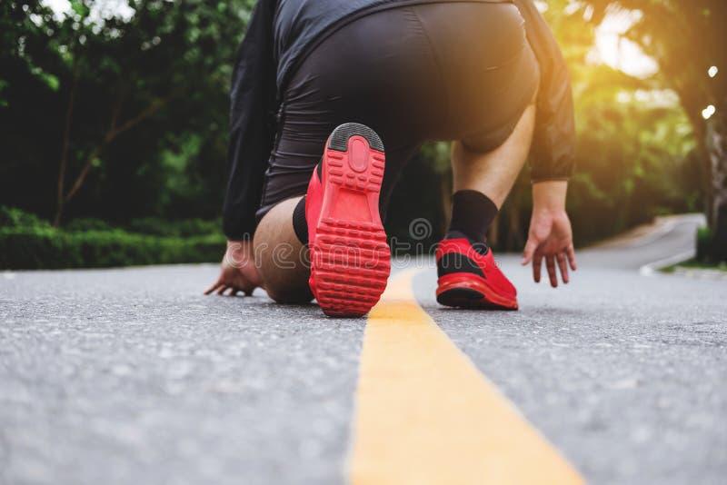 Foten för löpare` som s kör på vägen parkerar offentligt, körningen för förlorande vikt arkivbild