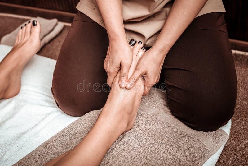 Foten masserar för en härlig trött kvinna arkivfoto