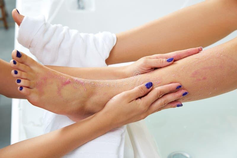 Foten skurar pedikyrkvinnan som benet spikar in salongen fotografering för bildbyråer