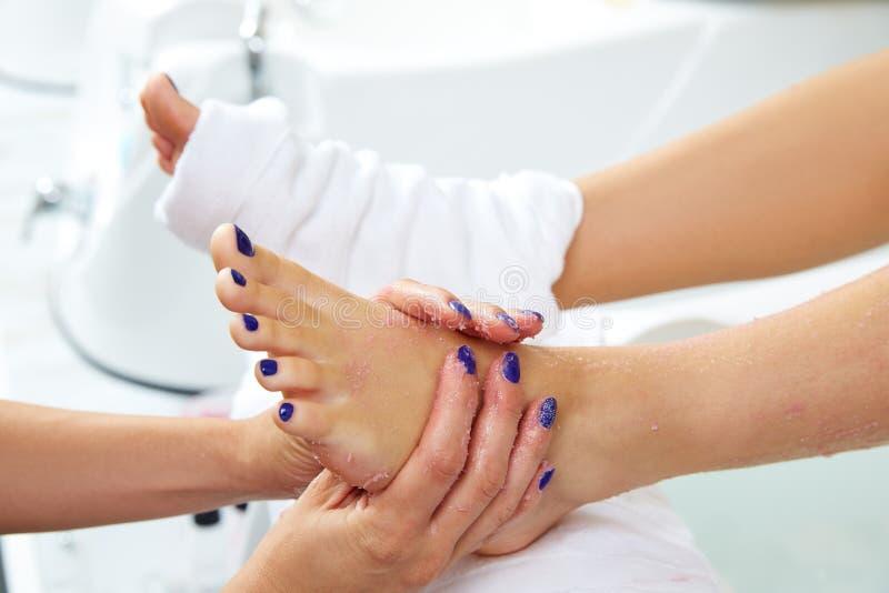 Foten skurar pedikyrkvinnan som benet spikar in salongen arkivfoto