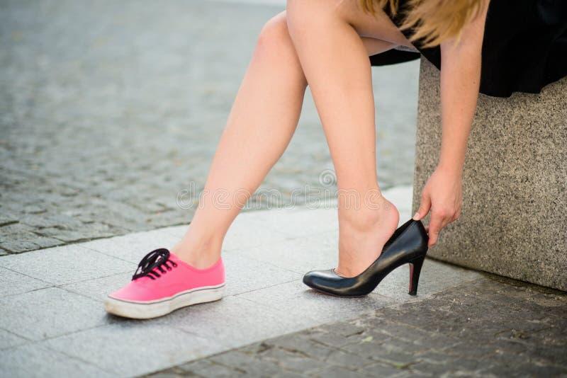 Foten smärtar - ändrande skor arkivfoton