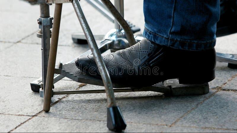 Foten trycker på den utomhus- musikaliska pedalen fotografering för bildbyråer