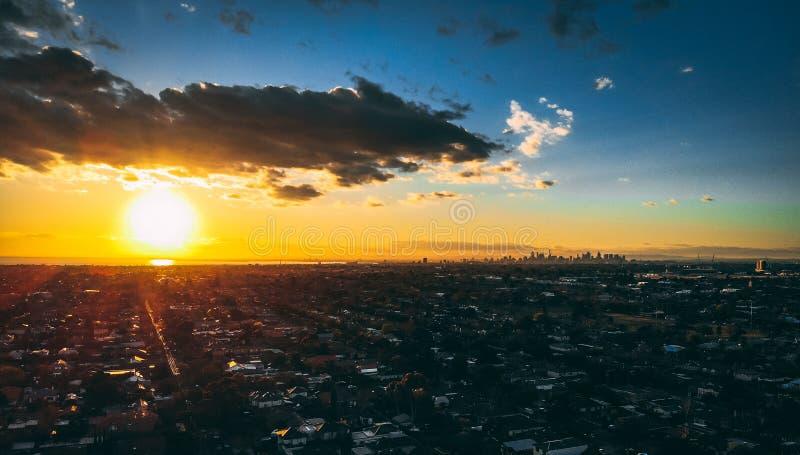 Foto aérea da cidade de Melbourne no por do sol com a baía na vista tomada dos subúrbios foto de stock