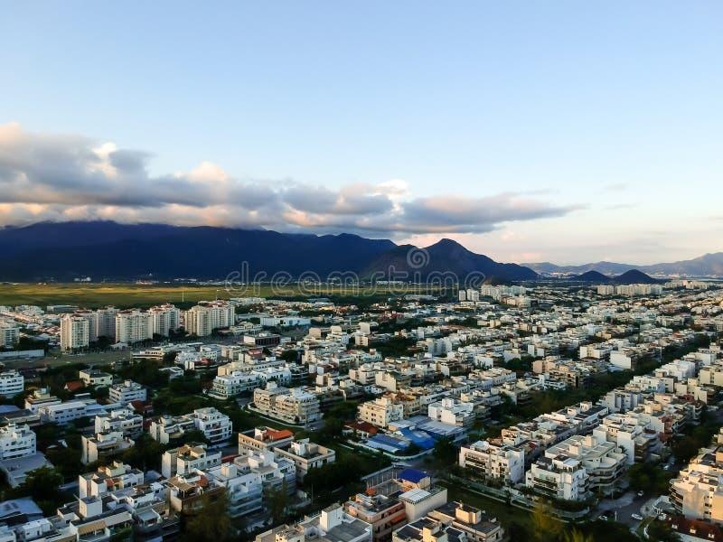 Foto aérea da paisagem de dos Bandeirantes de Recreio durante o por do sol, com todas as construções residenciais que formam uma  imagens de stock royalty free