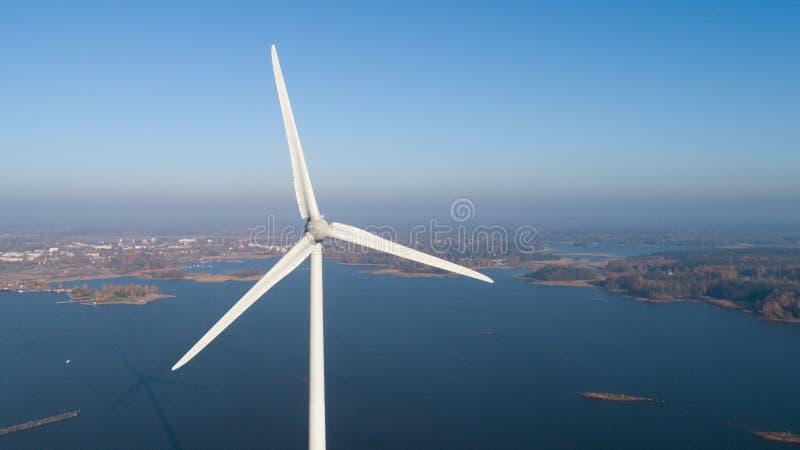 Foto aérea da turbina eólica Vista superior foto de stock