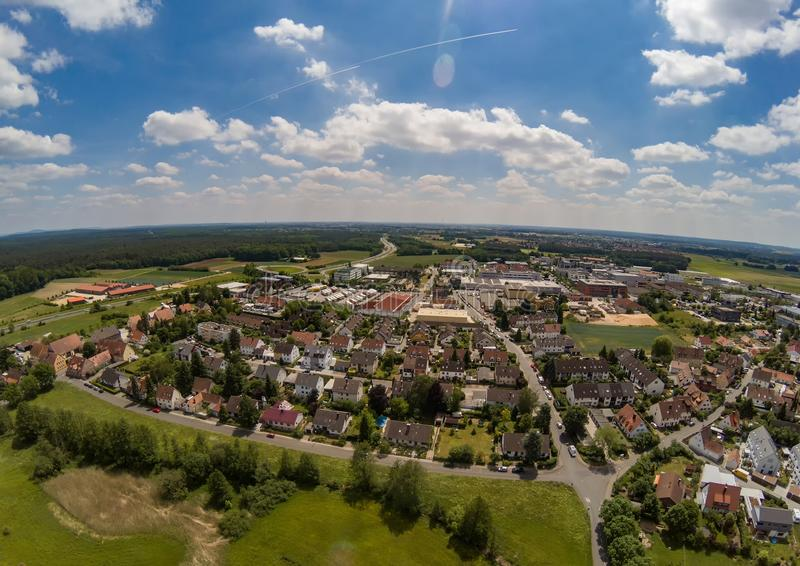Foto aérea da vila Tennenlohe perto da cidade de Erlangen foto de stock
