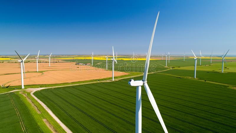 Foto aérea das turbinas eólicas nos campos, Rye, Sussex fotografia de stock royalty free