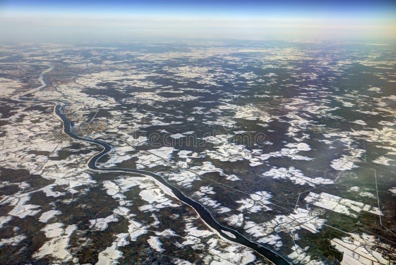 Foto aérea de HDR del paisaje con las nubes, remiendos nevosos, un río más grande en un barranco fotografía de archivo libre de regalías