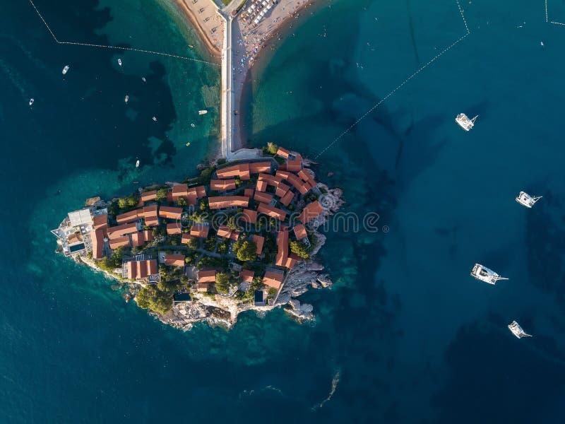 Foto aérea de la isla de Sveti Stefan en Budva foto de archivo libre de regalías