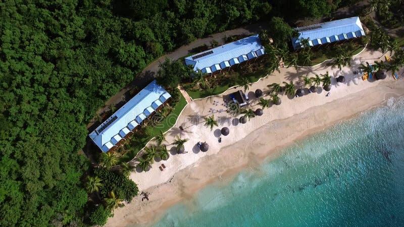 Foto aérea de la opinión de ojo de pájaros tomada por el abejón que representa la playa del paraíso imagen de archivo libre de regalías