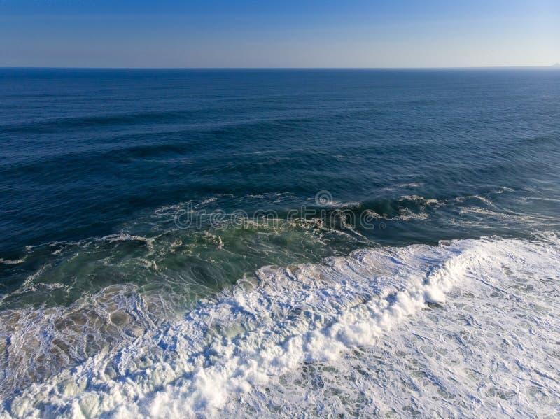 foto aérea de la playa en Barra da Tijuca, Rio de Janeiro, el Brasil Ondas que se estrellan con la lechada de cal, creando modelo fotos de archivo