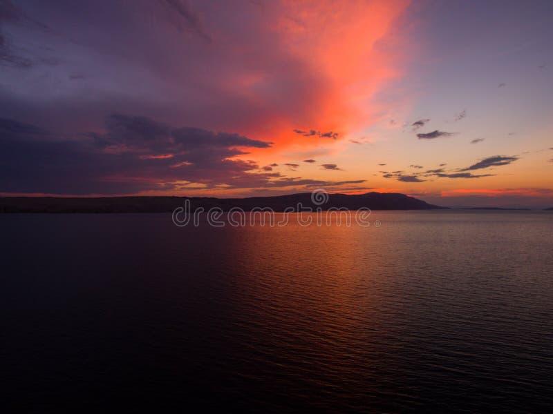 Foto aérea de la puesta del sol y de la vista dramáticas de la playa y de la isla en ella fotos de archivo