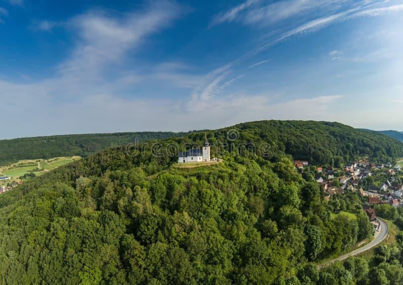 Foto aérea de la Vexier-capilla cerca del pueblo de Reifenberg en el suisse franco foto de archivo