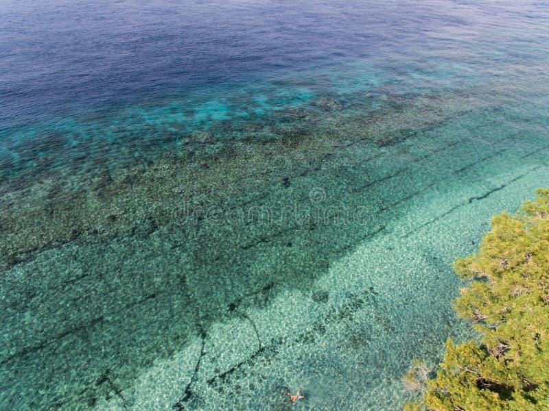 Foto aérea de la visión superior del abejón del vuelo de un paisaje asombroso hermoso del mar imágenes de archivo libres de regalías