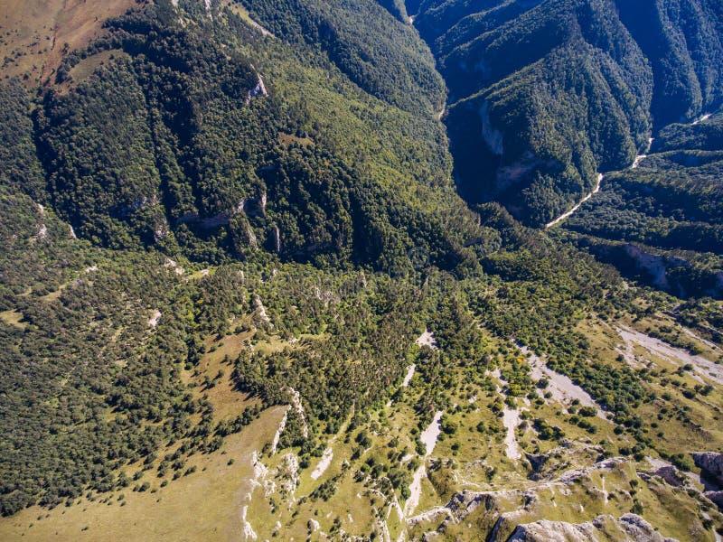 Foto aérea de las montañas salvajes de la montaña Rusia foto de archivo