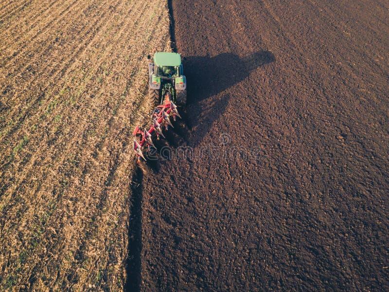 Foto aérea de um trator que ploughing um campo em um campo foto de stock