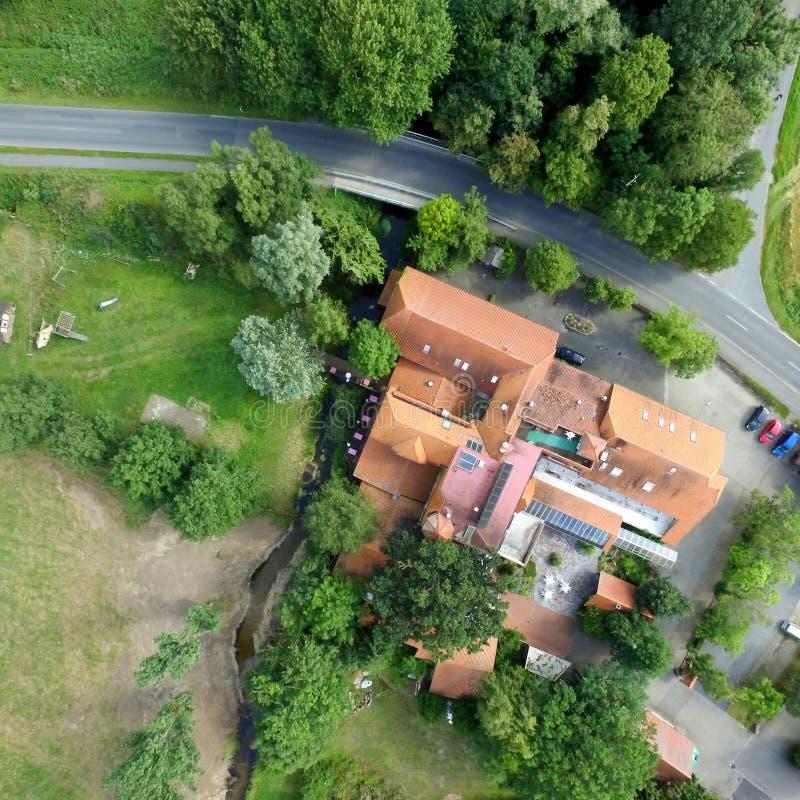 Foto aérea de un molino de agua anterior, fotografía vertical imágenes de archivo libres de regalías