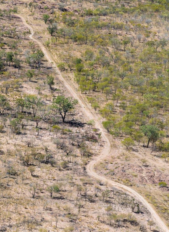 Foto aérea de una pista de tierra remota imagenes de archivo