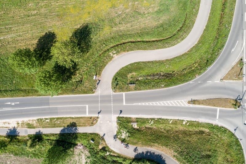 Foto aérea de una trayectoria del ciclo en Alemania que cruza un camino para los coches, ángulo vertical de la imagen foto de archivo
