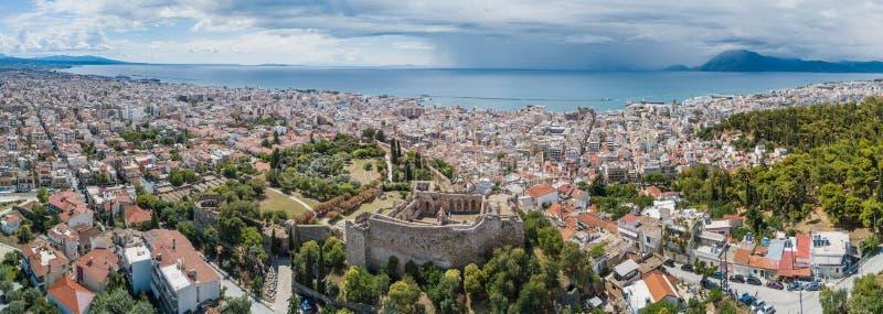 Foto aérea del abejón de la ciudad famosa y castillo de Patras, Peloponeso, Grecia Panorama imagenes de archivo