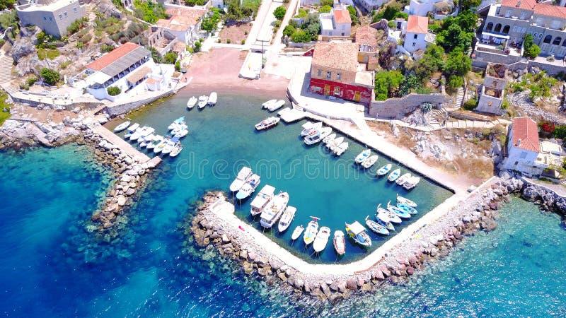 Foto aérea del abejón del pequeño pueblo de Kamini en la isla del Hydra foto de archivo