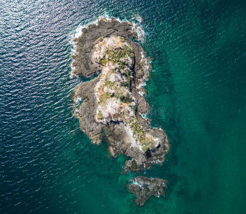 Foto aérea del abejón - isla abandonada en el Océano Pacífico de la costa de Costa Rica fotos de archivo libres de regalías