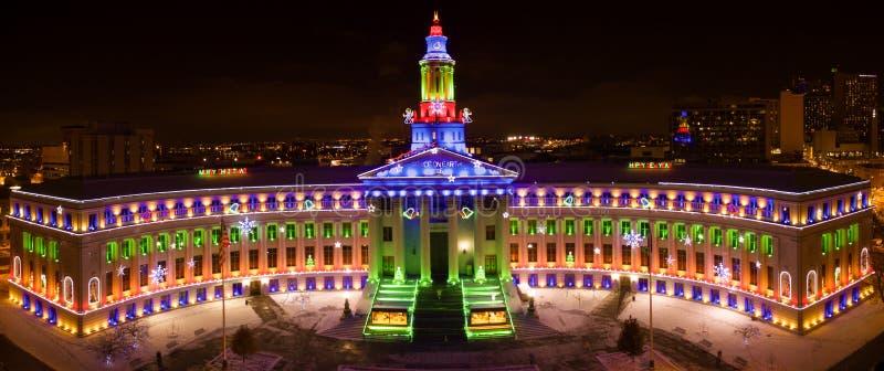 Foto aérea del abejón - luces de la Navidad en ayuntamiento, Denver Colorado fotografía de archivo libre de regalías