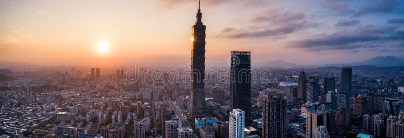Foto aérea del abejón - puesta del sol sobre el horizonte de Taipei taiwán El rascacielos de Taipei 101 ofreció imagenes de archivo