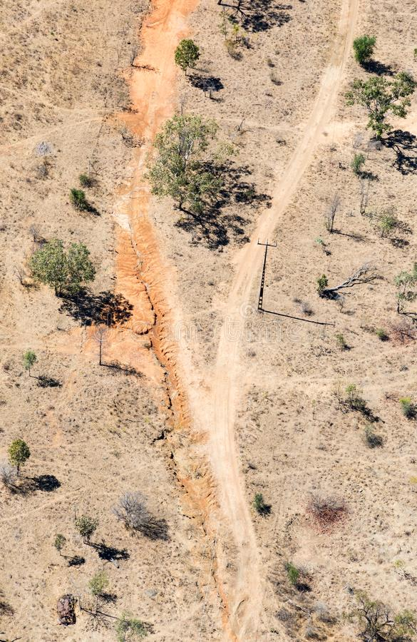 Foto aérea del camino de tierra y de líneas eléctricas fotografía de archivo
