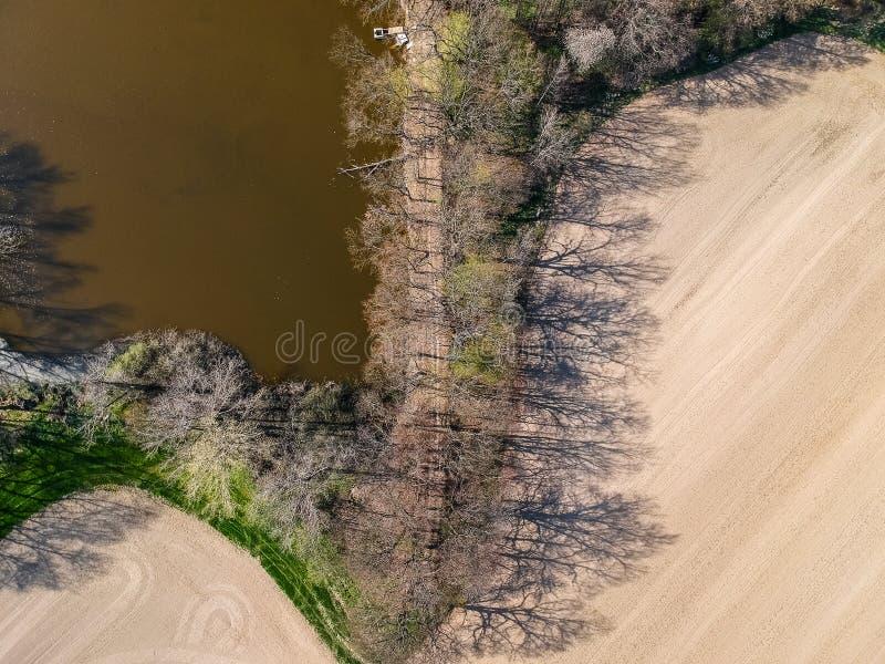 Foto aérea del camino y embarcadero en el lago foto de archivo libre de regalías