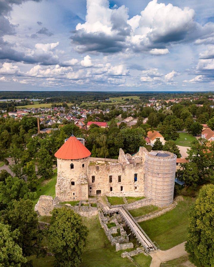 Foto aérea del castillo de Cesis en Letonia, Europa en Sunny Autumn Day, cielo dramático, el concepto de viaje en armonía y la pa fotografía de archivo libre de regalías
