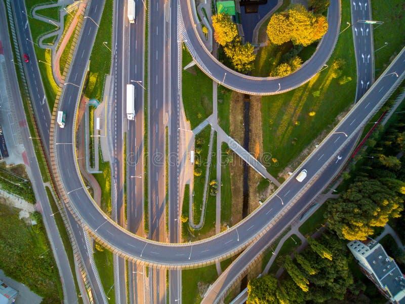 Foto aérea del cordón grande del tráfico por carretera en luz del sol fotos de archivo