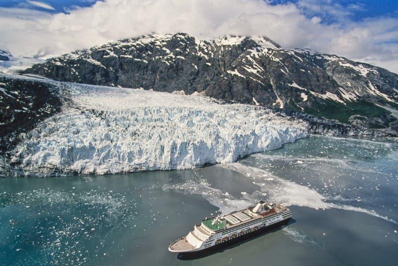 Foto aérea del Glacier Bay de Alaska con el barco de cruceros imágenes de archivo libres de regalías