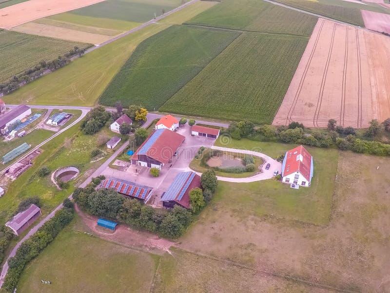 Foto aérea del paisaje cerca del pequeño pueblo de Hoefen en Baviera en Alemania del sur fotos de archivo