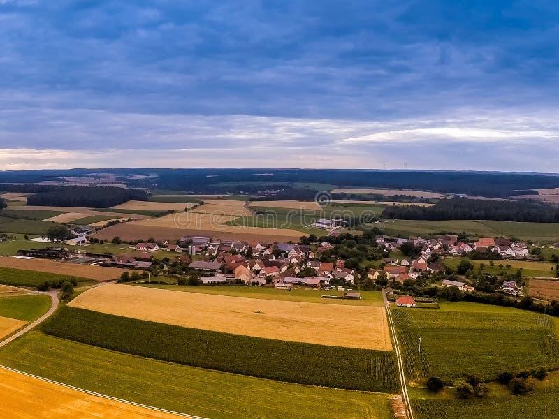 Foto aérea del paisaje cerca del pequeño pueblo de Hoefen en Baviera en Alemania del sur fotografía de archivo libre de regalías