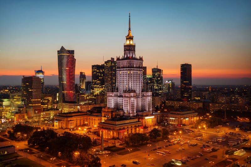 Foto aérea del palacio de la cultura y de la ciencia en Varsovia P imagenes de archivo
