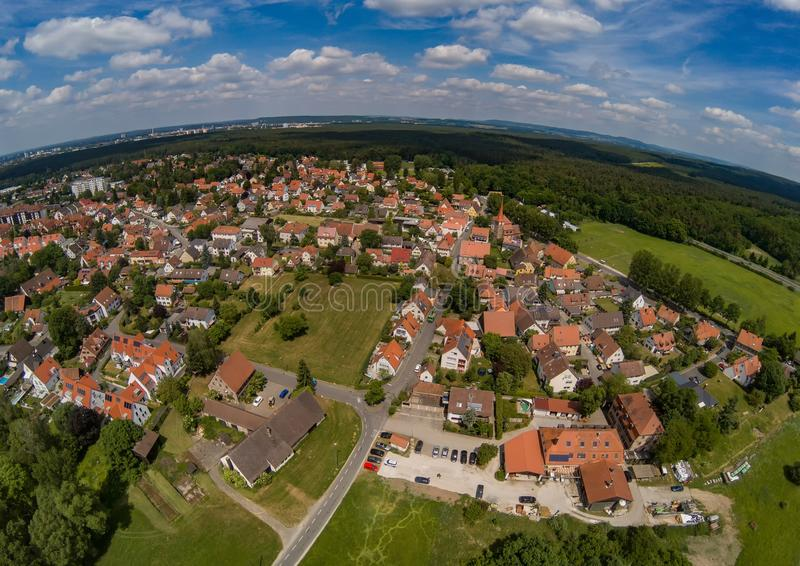 Foto aérea del pueblo Tennenlohe cerca de la ciudad de Erlangen imagen de archivo