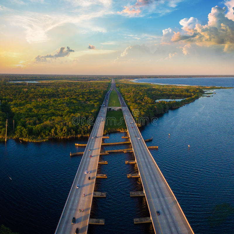 Foto aérea del río St Johns y de la autopista I4 en la Florida imagenes de archivo